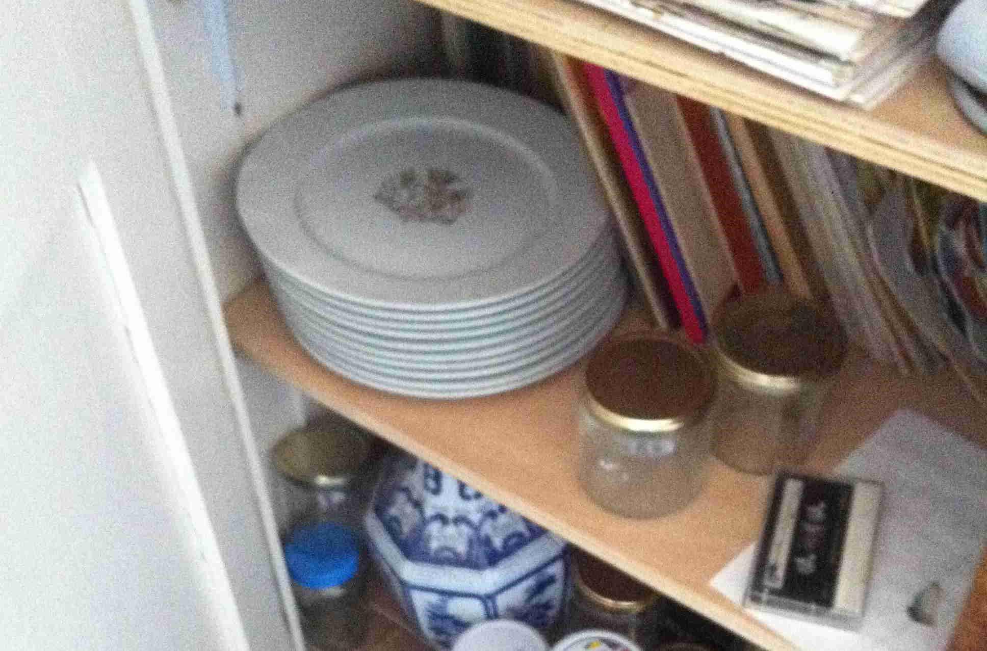 Les assiettes cachées dans le placard d'Elisabeth